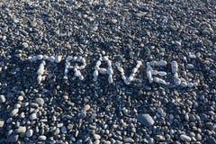 Le voyage de signe fait à partir des cailloux blancs sur Pebble Beach sur le s Photos stock