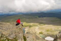 Le voyage de type dans un pull molletonné rouge avec un sac à dos est dangereusement SI photographie stock