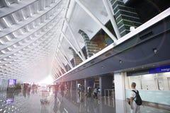 Le voyage de vacances, douane d'aéroport, le soleil a éclaboussé dans le hall photos libres de droits