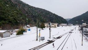 Le voyage en train retardé dû à l'enneigement de tempête de neige les rails jusqu'au train ne peut pas être transporté images libres de droits