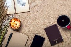 Le voyage et l'instrument vacation avec le mobile, passeport sur le papier brun Images libres de droits