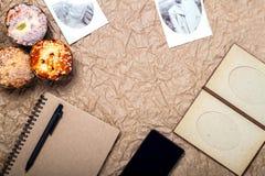 Le voyage et l'instrument vacation avec le mobile, passeport sur le papier brun Images stock