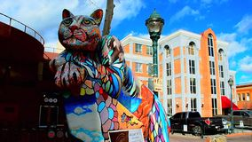 Le Voyage-Hampe de drapeaux-Arizona-Le a peint Cat Sculpture banque de vidéos
