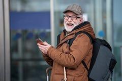 Le voyageur âgé joyeux exprime le bonheur Photos stock