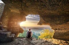Le voyageur détendent en caverne de montagne Photos libres de droits