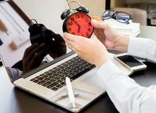 Le voyageur d'affaires vérifie le temps Images stock