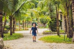 Le voyageur de garçon marche en parc en Asie Photos libres de droits
