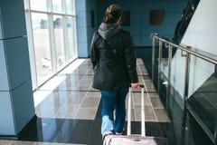 Le voyageur est arrivé à l'aéroport à Vilnius Photo stock