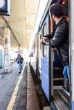 Le voyageur est en retard pour que le train et le fonctionnement l'attrape à temps ! Images stock