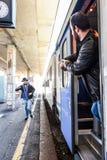 Le voyageur est en retard pour que le train et le fonctionnement l'attrape à temps ! Image stock