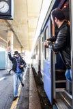 Le voyageur est en retard pour que le train et le fonctionnement l'attrape à temps ! Images libres de droits