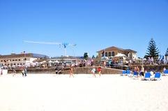Le voyageur et les personnes australiennes viennent à la plage de Bondi à Sydney Photographie stock libre de droits