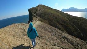 Le voyageur marche le long du cap Des deux côtés de la mer Voyageant autour de l'île, appréciant la vie et actif banque de vidéos