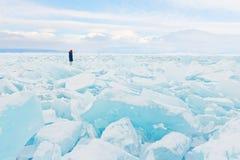 Le voyageur regarde à un champ de glace couvrant le lac Baikal en hiver image libre de droits