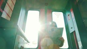 Le voyageur regarde une carte de ville dans la voiture de souterrain clips vidéos
