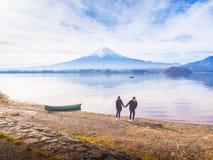 Le voyageur 30s de couples de l'Asie à 40s, promenade de garçon par le ` s de la prise une remet o Photographie stock libre de droits