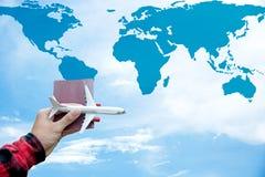 Le voyageur se tenant de touristes d'avion et de voyage de vol de passeport volent sur le ciel bleu Photos stock