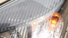 Le voyant de signalisation clignote devant la voiture banque de vidéos