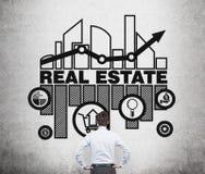 Le vrai agent immobilier pense aux occasions du marché de l'immobilier Image libre de droits