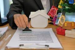 le vrai estampillage d'agent immobilier a approuvé sur contrat AG de prêt hypothécaire photo stock