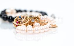 Le vrai jewlery d'or, diamants, gemmes, anneaux, neckless avec des perles se ferment vers le haut du tir photographie stock libre de droits