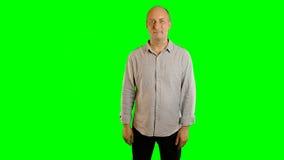 Le vuxen caucasian manvisning gör en gest den alfabetiska kanalen Handgester drar linjen glidbana för klickklapphårt slag Övre-ha arkivfilmer