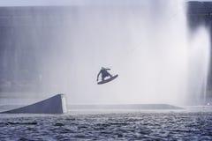 Le Wakeboarder sautant dans le lac Photo libre de droits