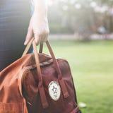 Le week-end de Bagpacker de voyage de femme détendent le concept Images stock