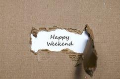 Le week-end heureux de mots apparaissant derrière le papier déchiré Photo libre de droits
