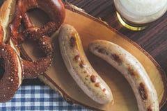 Le weisswurst, le bretzel et la moutarde bavarois photographie stock