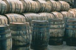 Le whiskey barrels complètement du whiskey dans le distillateur traditionnel écossais images stock