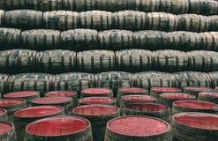 Le whiskey barrels complètement du whiskey dans le distillateur traditionnel écossais Photographie stock