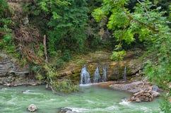 Le White River et les trois automnes de Bratz dans Adygea photo libre de droits