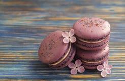 Le whith français de buiscits de macarons de myrtille fleurit sur le fond en bois Images stock