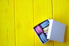 Le whith multi français de buiscits de macarons de goûts fleurit sur le fond en bois Photos libres de droits