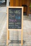 Le wifi gratuit, boisson, mangent, parlent, signe de tableau noir d'espace de travail Image libre de droits