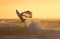 Le Windsurfer sautent le coucher du soleil Photo stock
