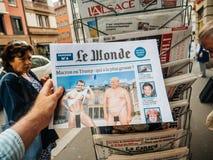 Le wonde Donald Trump och Emmanuel macron som är naken i Le Wonde Arkivfoto