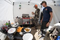 LE WYOMING DOUTEUX : Deux chasseurs dans le camp faisant le petit déjeuner dans une tente photographie stock libre de droits