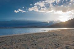 Le XINJIANG, CHINE - 21 mai 2015 : Lever de soleil au lac karakul un célèbre Image libre de droits