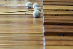 Le xylophon en bois de musique avec le mensonge colle là-dessus Photographie stock