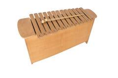 Le xylophone et deux maillets sur le fond blanc Photographie stock