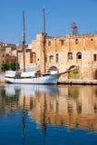 Le yacht a amarré au pilier près du vieux dock malte Photographie stock libre de droits