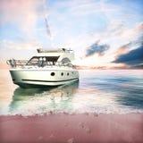 Le yacht ancré sur la plage avec le pied de couples imprime Photo stock