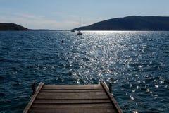 Le yacht blanc est dans la baie de Monténégro Photos stock