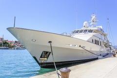 Le yacht de luxe énorme s'est garé dans l'eau de Trogir Croatie Photos libres de droits