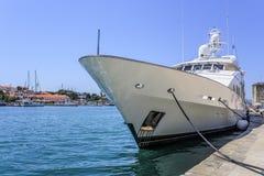 Le yacht de luxe énorme s'est garé dans l'eau de Trogir Croatie Photographie stock libre de droits