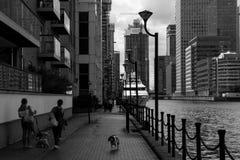 Le yacht de luxe est amarré et les appartements donnent sur Canary Wharf image stock
