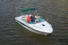 Le yacht de marche avec des passagers sur la rivière Photographie stock