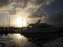Le yacht de navigation a amarré dans la marina croate dans le coucher du soleil Photo libre de droits